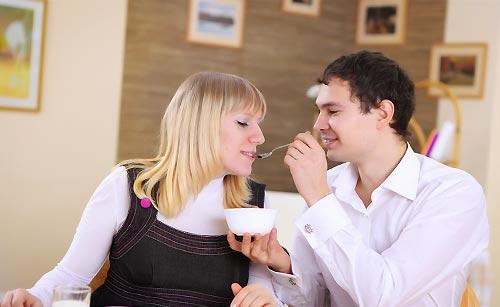 食事をする男と女