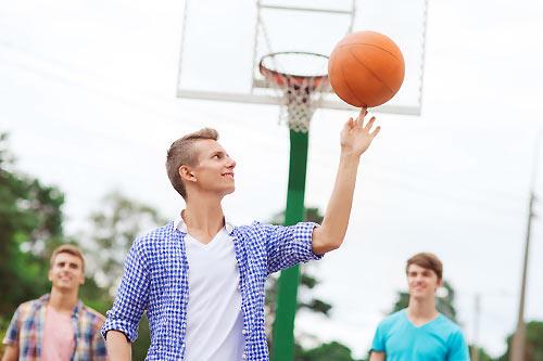 バスケをする男