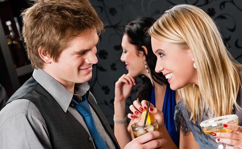 男友達と二人で遊ぶ女性