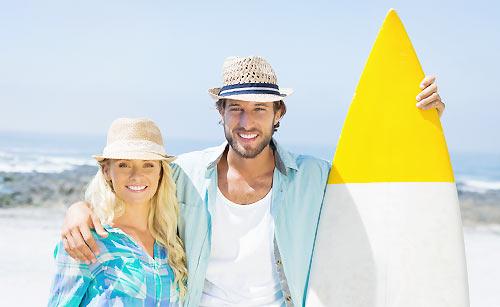 海を楽しむ夫婦