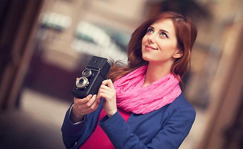 オシャレな街並みを写真に撮ろうとしている女性