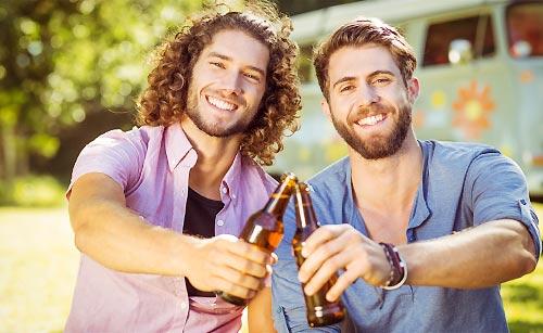男友達と乾杯する男性