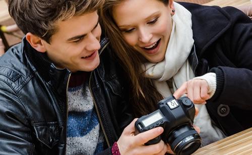 趣味のカメラを二人で見るカップル