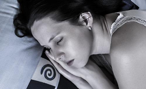 手を横に添えて眠る女性