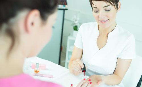 ネイルサロンで爪を手入れする女性