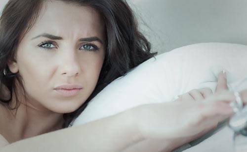 哀しい顏で寝そべる女性