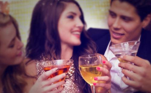 パーティーで、お酒を飲む男女