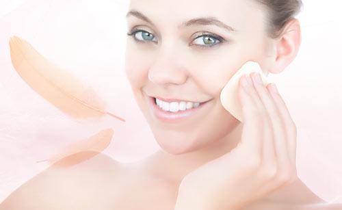 フェイスパウダーを塗布する笑顔の女性