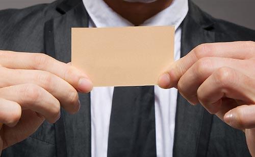 名刺を確認する男性