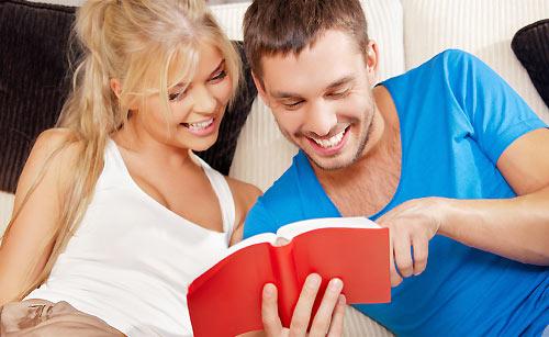 難しい本を一緒に読むカップル