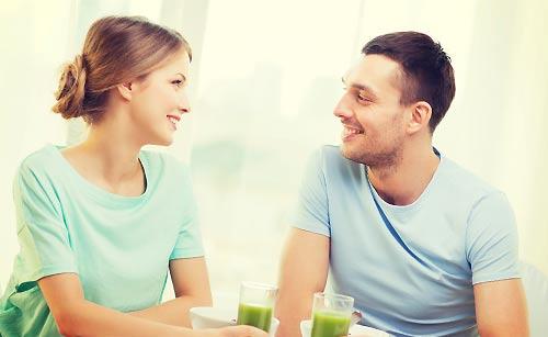 恋人と話す女性