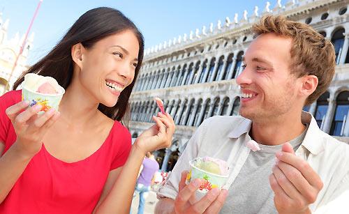 アイスを食べながら会話するイタリア男