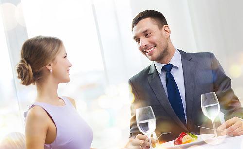 レストランでデ-トをするカップル