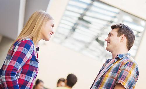 面と向かって会話するカップル