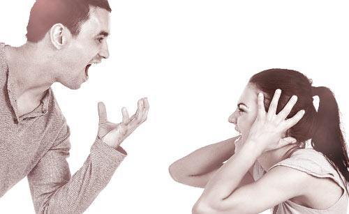激しく言い合うカップル