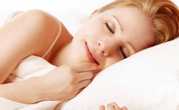 寝汗対策をした女性