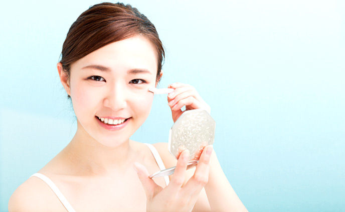 顔剃りをする女性