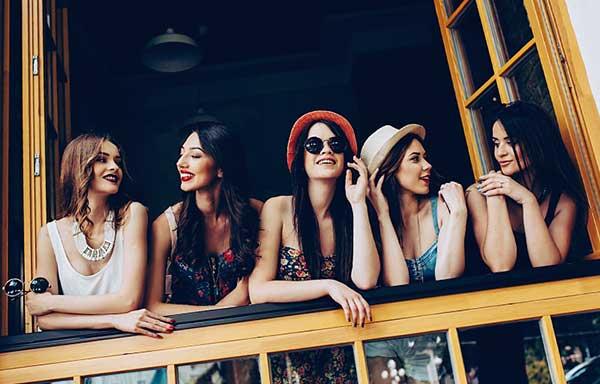 女子会で会話する女性たち