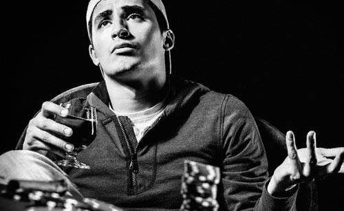 お酒を飲みながら語る男性