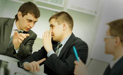 ひそひそと話す男性会社員