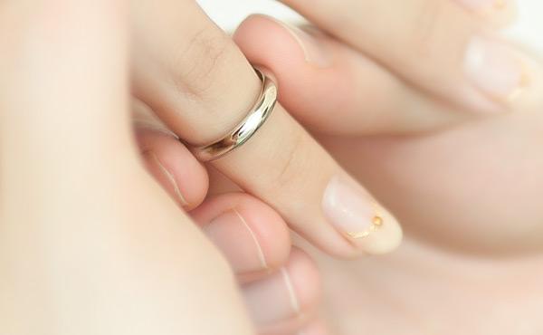 指輪が抜けない!ガンコなリングもスルッと外れるテクニック6つ