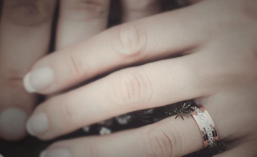 指輪をした女性の手