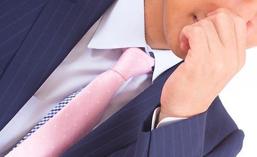 鼻をつまむ男性