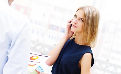 上司に笑顔で接する女性