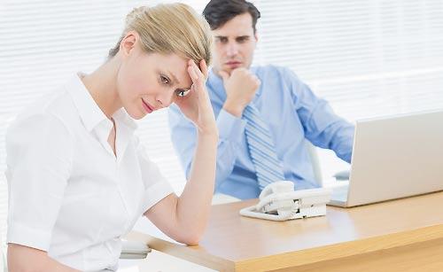 上司に我慢する女性