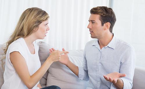 言い争うカップル