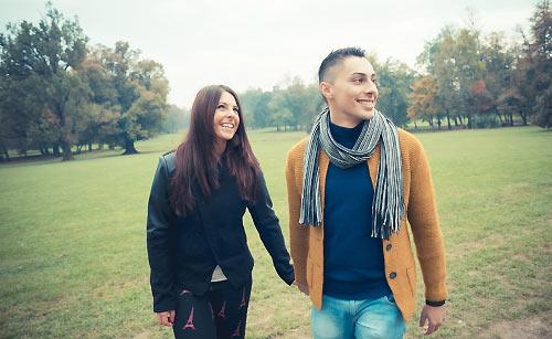 公園でデートをするカップル