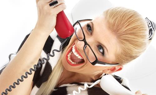 両手で電話する女性