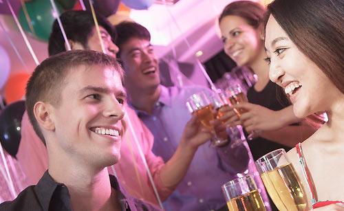 好きな先輩とお酒を交わす女子