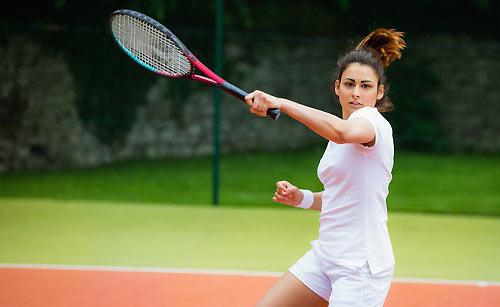 一生懸命テニスのサークルに打ち込む女性