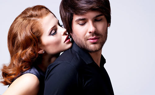 遠慮なく恋人と親しむ女性