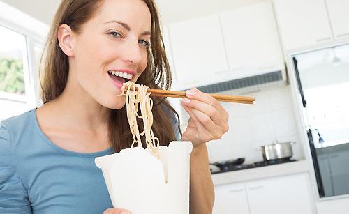 カップヌードルを食べる女性