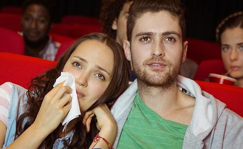 映画で感動して泣くカップル