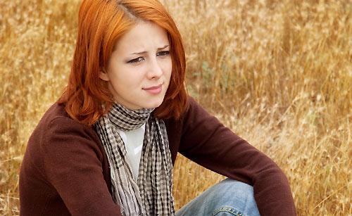 泣くのを我慢する女性