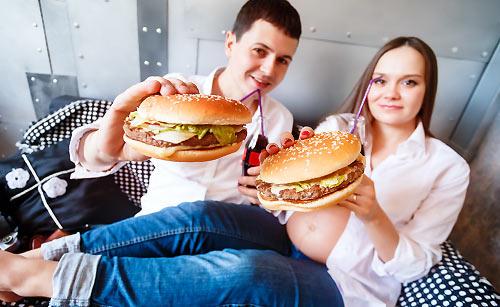 ハンバーガーを食べるカップル