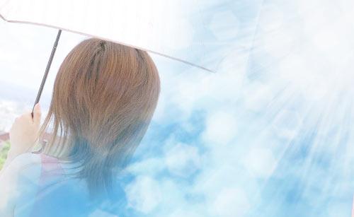 炎天下で日傘をさす女性