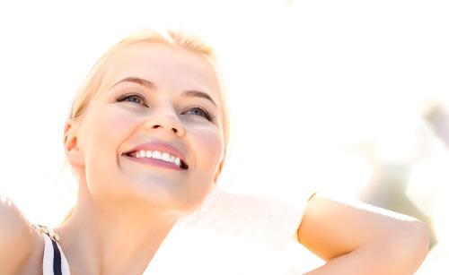 晴天の中嬉しそうに見上げる女性