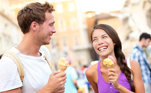 カレと一緒にアイスを食べる女性