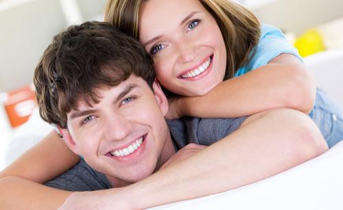 同棲を楽しむ若いカップル