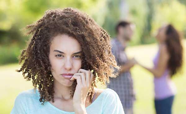 女友達と談笑する恋人にヤキモチを妬く女性