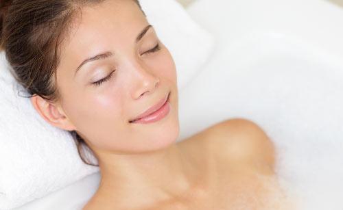 暖かそうにお風呂に入る女性