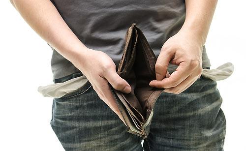 財布にお金がなく困る男
