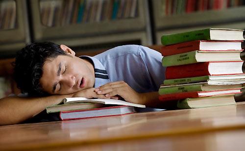 疲れ気味の男子学生