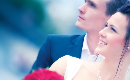 結婚の話に便乗して収入を聞く女性