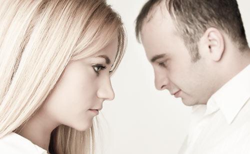 不仲で向き合う男女