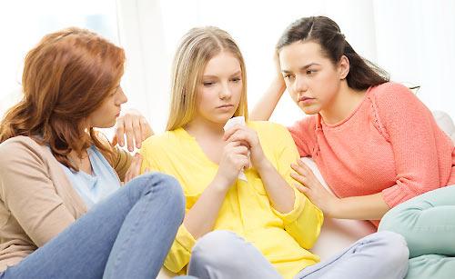 友達から相談を受ける女性